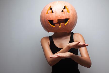 gogo girl: Tanzen Halloween-Go-Go-Tänzerin Mädchen wie ein DJ. Grau Hintergrund. Idee für Halloween-Plakat, Plakat, Affiche oder Rechnung Lizenzfreie Bilder