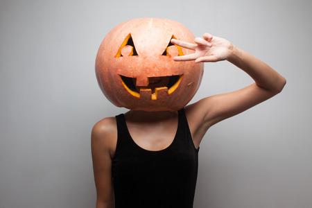 gogo girl: Tanzen Halloween-Go-Go-T�nzerin M�dchen. Grau Hintergrund. Idee f�r Halloween-Plakat, Plakat, Affiche oder Rechnung
