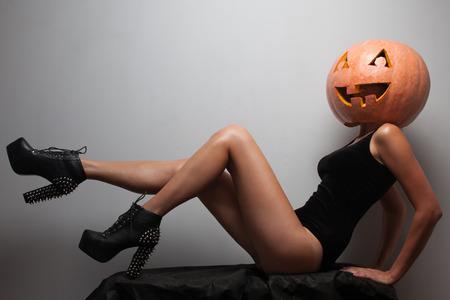 Modische halloweens Modell sitzen Standard-Bild - 26417174