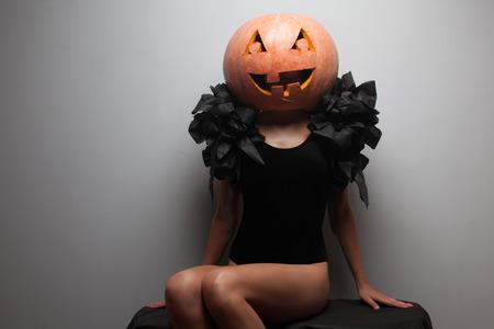 Modieuze halloweens model zitten Stockfoto