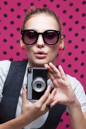 Trendy Mädchen während einer Aufnahme selfie Duckface posiert Standard-Bild - 26445165