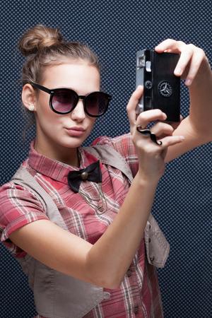 Portret van trendy meisje schieten autoportrait met retro camera. Het nemen van de Selfie Stockfoto