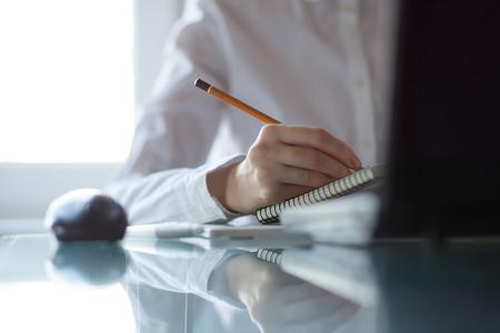 메모장에 연필로 여자의 손 쓰기 노트 스톡 콘텐츠