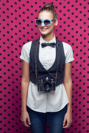 Hipster Mädchen posiert mit Vintage-Kamera Standard-Bild - 26445204