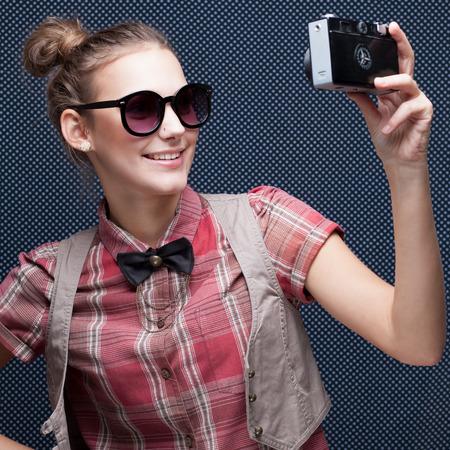 trendy meisje poseren tijdens een overname selfie