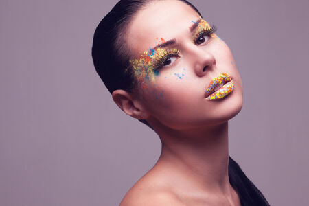 caritas pintadas: sensual retrato de la niña con maquillaje creativo