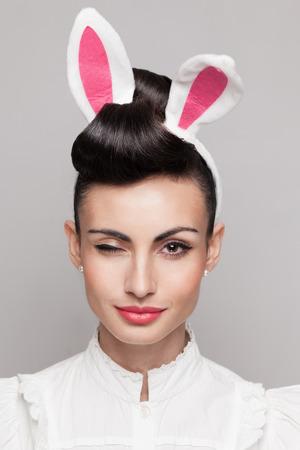 Close-up van knipogen bunny meisje gezicht Stockfoto - 26416369