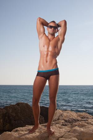 Sportovní chlap ukazuje jeho dokonalé tělo promazaný Reklamní fotografie