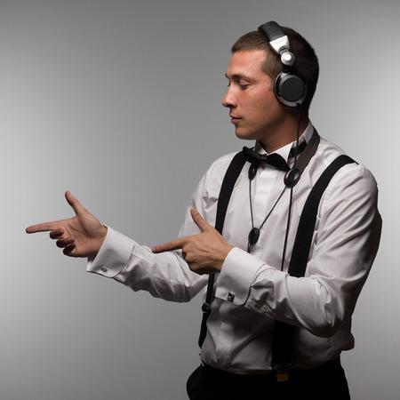 Portret van de jonge saxofonist met hoofdtelefoon in DJ met sax Stockfoto