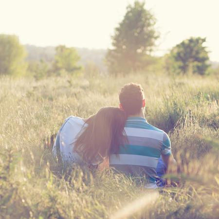 젊은 부부는 일몰 낭만적 인 데이트를 스톡 콘텐츠