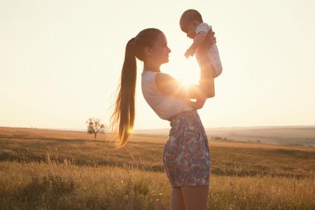madre y bebe: Retrato de la madre y del beb� Foto de archivo
