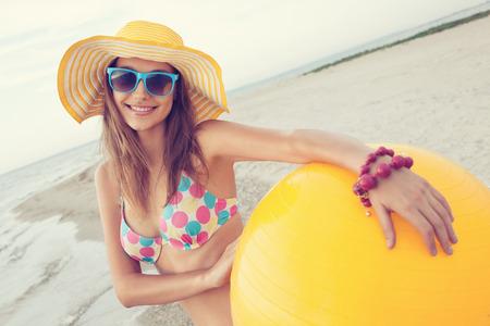 jolie fille: portrait d'une jeune fille sur la plage