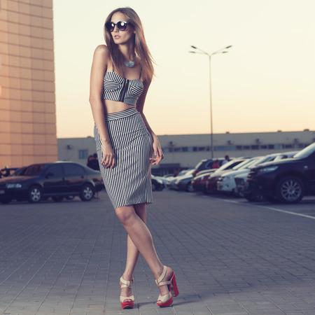 Vrouw in zwart-wit gestreepte jurk Stockfoto - 30995436