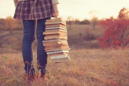 Hipster meisje met een stapel boeken Stockfoto