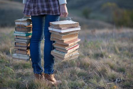Dívky ruce drží knihy