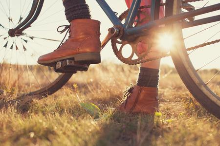 Weiblich Stiefel und Vintage Fahrrad Standard-Bild - 32805651
