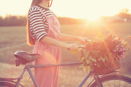Oude fiets en mand van bloemen Stockfoto - 32805679