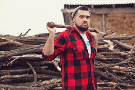Stijlvolle jonge man die zich voordeed als houthakker