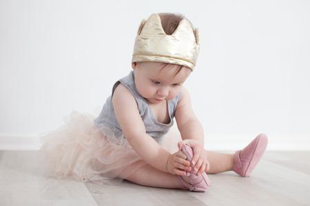 공주 의상을 입은 여덟 달째 아이