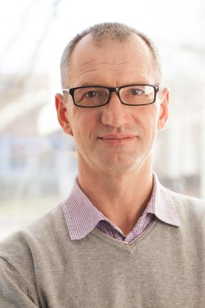 Detailansicht-Porträt von Casual-Stil erwachsenen Mann mit Brille Standard-Bild - 35072220