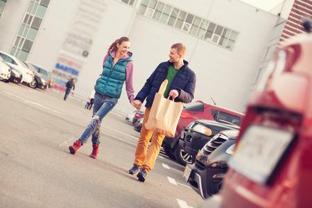 Paar wandelen na het winkelen
