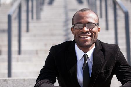 portret van zittende werknemer zwarte man