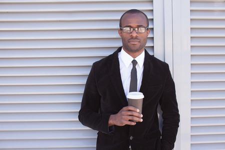 moderní černoch mít přestávku na kávu venku