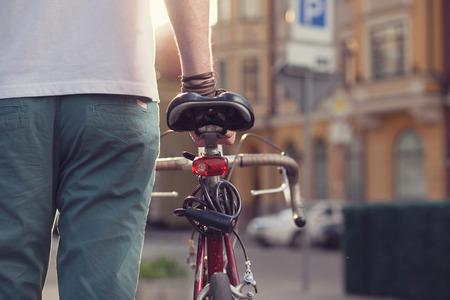 Nahaufnahme des stilvollen Biker mit Vintage-Rennrad Standard-Bild - 40692244