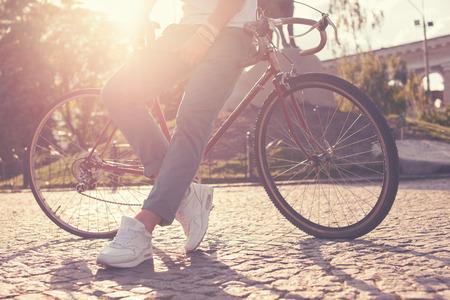 빈티지 레이스 자전거와 함께 포즈 멋진 남자