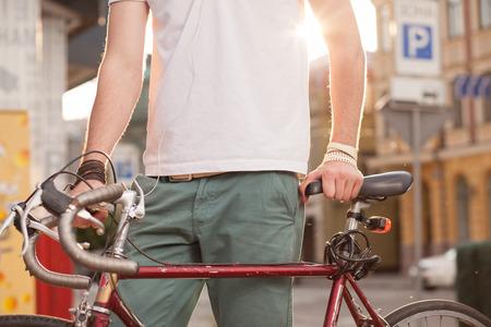 Close-up van stijlvolle biker met vintage racefiets Stockfoto