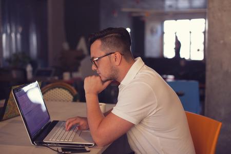 Muž pomocí přenosného počítače v kanceláři spuštění