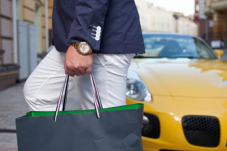 carro supermercado: Hombre rico entrar en casa