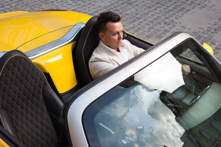 남자 스포츠 자동차를 운전