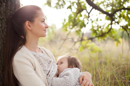 senos: joven niño lactancia madre al aire libre