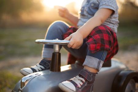 Kleine Rennfahrer und winzigen Rennwagen Standard-Bild - 45919501