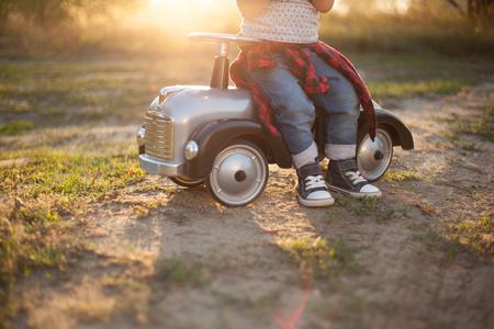 niño y niña: Poco piloto y pequeño coche de carreras