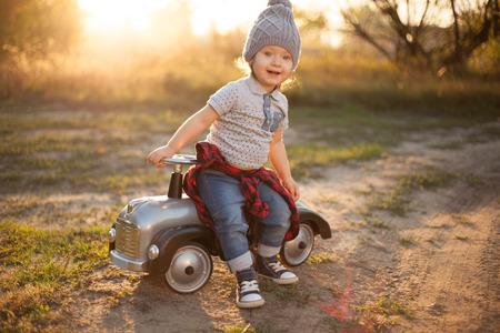 Kleinkind posiert mit Spielzeug-Rennwagen Standard-Bild - 45919910