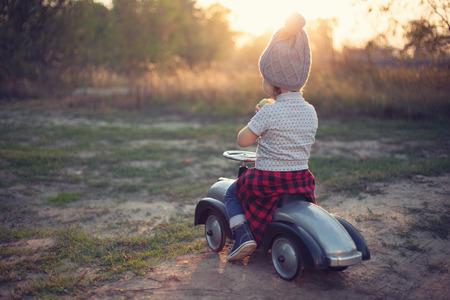 Malý řidič a drobná závodní auto Reklamní fotografie