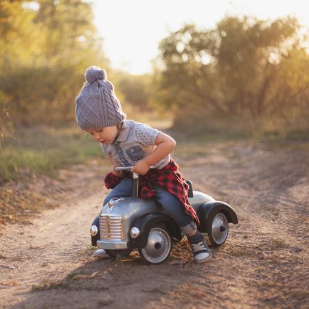 유아 야외 장난감 자동차와 함께 연주 스톡 콘텐츠
