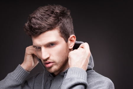 hombres negros: Individuo con estilo en hoodie sobre fondo negro