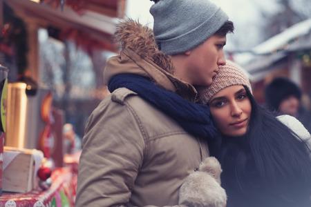 Schöne junge Paar auf Weihnachtsmarkt