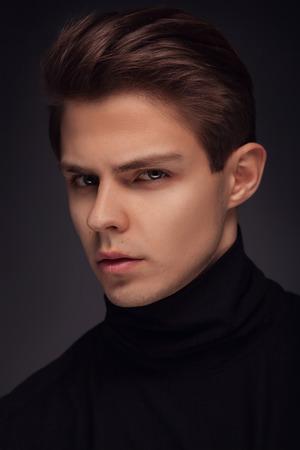 Stilvoller Kerl close up Portrait auf schwarzem Hintergrund Standard-Bild - 52524679