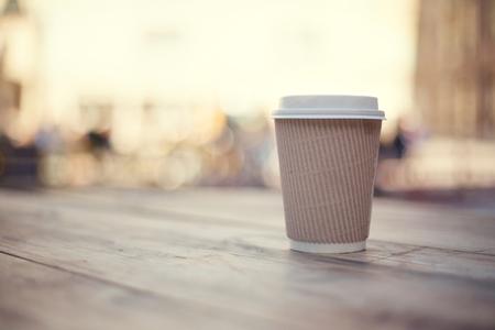 vaso de papel en la mesa de madera en el festival de comida de la calle