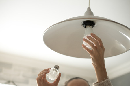 Energiespar-LED-Lampenwechsel Standard-Bild - 67988113