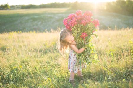 Lustiges Porträt des kleinen Mädchens mit großem Blumenstrauß Standard-Bild - 81422021