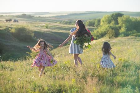 Tanzen glückliche Familie im Sommer Standard-Bild - 81277634