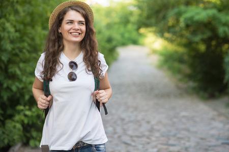 Mädchen haben Reise in die europäische Altstadt Standard-Bild - 80887895