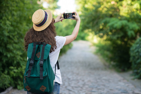Traveller mit Smartphone-Kamera, um Selfie oder Shooting Street zu nehmen Standard-Bild - 80866414