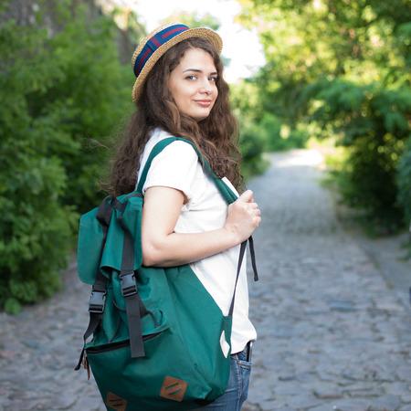 Mädchen haben Reise in die europäische Altstadt Standard-Bild - 80887899