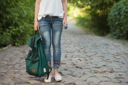 Mädchen haben Reise in die europäische Altstadt Standard-Bild - 80884036
